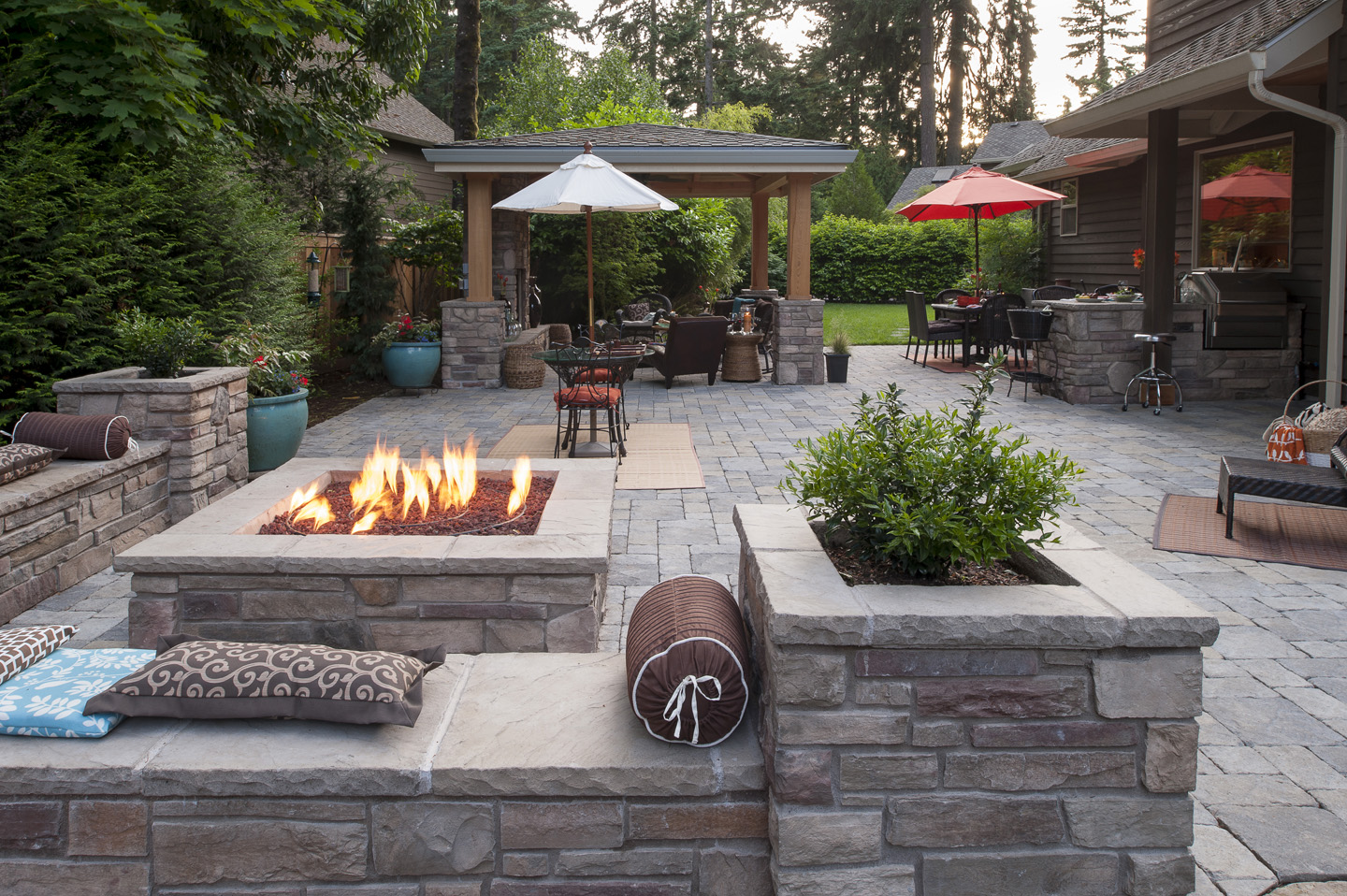 Firepit with wrap around seat walls